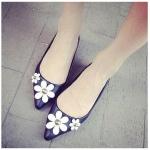 รองเท้าส้นเตี้ยผู้หญิงสีดำ วัสดุPU หัวแหลม ตกแต่งด้วยดอกไม้ หุ้มส้น ส้นสูง1ซม. แฟชั่นเกาหลี