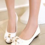 รองเท้าคัทชูส้นเตี้ยสีขาว ประดับโบว์แต่งโลหะสีทอง พื้นยาง ทรงตุ๊กตา สไตล์หวาน น่ารักแฟชั่นเกาหลี