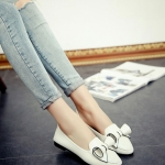 รองเท้าคัทชูส้นเตี้ยสีขาว หนังPU หัวแหลม ประดับโบว์ โชว์รอยตะเข็บ น่ารัก สไตล์วัยรุ่น แฟชั่นเกาหลี