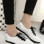 รองเท้าคัทชูส้นแบนสีขาวดำ ทูโทน หัวแหลม แบบเชือกผูก ส้นประดับหมุด แนววินเทจ ย้อนยุค แฟชั่นเกาหลี