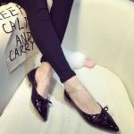 รองเท้าหุ้มส้นผู้หญิงสีดำ หนังแก้ว หัวแหลม ส้นเตี้ยสูง1ซม. ประดับโบว์ หวานแหว่ว แฟชั่นเกาหลี