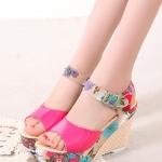 รองเท้าส้นเตารีดสีแดง รัดส้น กราฟฟิกลายดอกไม้ ส้นลายสาน สายรัดปรับระดับได้ แฟชั่นเกาหลี