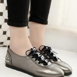 รองเท้าคัทชูส้นแบนสีเงินดำ ทูโทน หัวแหลม แบบเชือกผูก ส้นประดับหมุด แนววินเทจ ย้อนยุค แฟชั่นเกาหลี