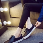 รองเท้าผ้าใบแฟชั่นผู้หญิงสีดำ หนังเทียม พื้นสีขาว แบบสวม ประดับภู่ สไตล์ย้อนยุค แนววินเทจ แฟชั่นอังกฤษ
