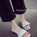 รองเท้าแตะผู้หญิงสีขาว ส้นเตี้ย สายคาดแบบหัวเข็มขัด ทันสัย ดูดี แฟชั่นเกาหลี