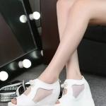รองเท้าส้นเตารีดสีขาว หุ้มส้น ประดับมุกใหญ่ ผ้าตาข่าย ระบายอากาศได้ดี หมดกังวลเรื่องอับชื้น ทรงทันสมัย แฟชั่นเกาหลี