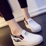 รองเท้าผ้าใบผู้หญิงสีขาว ส้นตึก แบบสวม แต่งลาย ทรงทันสมัย สวมใส่สบาย แฟชั่นเกาหลี
