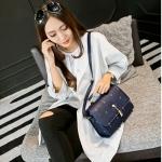 กระเป๋าสะพายข้างแฟชั่นสีน้ำเงิน ทรงสี่เหลี่ยม วัสดุPUนิ่ม แบบฝาปิด พวงกุญแจแมว กว้าง20cm แฟชั่นเกาหลี
