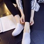 รองเท้าผ้าใบแฟชั่นผู้หญิงสีขาว หัวกลม หนังPU ด้านในเป็นกำมะหยี่ แบบสวม เรียบง่าย ทันสมัย แฟชั่นเกาหลี