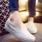 รองเท้าผ้าใบแฟชั่นผู้หญิงสีขาว แบบสวม ปั๊มอักษรลายนูน ประดับหมุด ทรงทันสมัย สวมใส่สบาย แฟชั่นเกาหลี