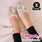 รองเท้าคัชชูผู้หญิงสีทอง หนังเมทาลิค หุ้มส้น ส้นเตี้ย ขอบยาง Chanel ประดับเพชรรูปผู้เสื้อ