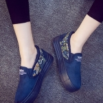 รองเท้าผ้าใบแฟชั่นผู้หญิงสีน้ำเงิน ผ้ากำมะหยี่ ส้นแต่งลายกราฟิตี้ แบบสวม ทรงทันสมัย น่ารัก ใส่ลำลอง