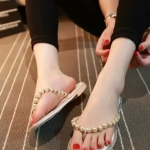 รองเท้าแตะผู้หญิงสีขาว แบบหนีบ สายรัดประดับมุกฝังเพชร สวมใส่สบาย น้ำหนักเบา แฟชั่นเกาหลี