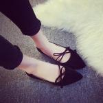 รองเท้าส้นแบนผู้หญิงสีดำ หุ้มส้น หัวแหลม ประดับโบว์ ส้นสูง1ซม. กันน้ำ ทำความสะอาดง่าย แฟชั่นเกาหลี