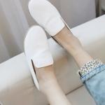 รองเท้าหนังหุ้มส้นผู้หญิง สีขาว แบบสวม พื้นเรียบ แฟชั่นเกาหลี
