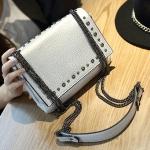 กระเป๋าสะพายข้างสีเบจ ตัวกระเป๋าเพิ่มลูกเล่น ด้วยหมุด ห่วงโซ่โลหแข็งแรง แฟชั่นเกาหลี