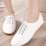 รองเท้าผ้าใบผู้หญิงสีขาว ลำลอง หนังนิ่ม แบบเชือกผูก พื้นยาง แฟชั่นเกาหลี