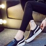 รองเท้าผ้าใบแฟชั่นเกาหลีสีดำ แถบขาว วัสดุหนัง พื้นสีขาว พื้นหนา แบบสวม ทรงทันสมัย ใส่ลำลอง