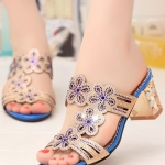 รองเท้าส้นสูงสีฟ้า ส้นหนา ลายดอกไม้ ประดับเพชร เปิดส้น ส้นสูง3.5cm ไฮโซ แฟชั่นเกาหลี