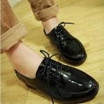 รองเท้าคัตชูผู้หญิงสีดำ หนังแก้ว ส้นหนา เชือกผูกสีดำ ตกแต่งหลังส้นด้วยหมุด