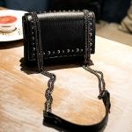 กระเป๋าสะพายข้างสีดำ ตัวกระเป๋าเพิ่มลูกเล่น ด้วยหมุด ห่วงโซ่โลหแข็งแรง แฟชั่นเกาหลี