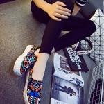 รองเท้าผ้าใบแฟชั่นผู้หญิงสีดำ ลายกราฟิตี้ พื้นหนา สลักลายนูน น่ารัก ทันสมัย ไม่ซ้ำใคร แฟชั่นเกาหลี