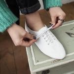 รองเท้าหุ้มส้นผู้หญิงสีขาว ทำจากหนัง แบบสายรัด ส้นเตี้ย แนววินเทจ แฟชั่นเกาหลี