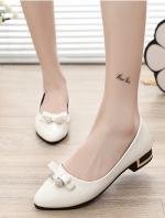 รองเท้าคัทชูแฟชั่นสีดำ หัวแหลม แต่งโบว์ประดับเพชร วัสดุพียู ส้นแต่งอะไหล่สีทอง สไตล์เจ้าหญิง หวานน่ารัก แฟชั่นเกาหลี