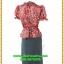 3071ชุดแซกทำงาน เสื้อผ้าคนอ้วน ผ้าเครปพิมพ์ลายกราฟฟิคสีแดงสดโดดเด่นด้วยระบายคอ แขนและระบายเอวทรงสุภาพเรียบร้อยชุดคู่กระโปรงดำพรางสะโพก thumbnail 4