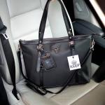 กระเป๋าสะพายข้างสีดำ จากแบรนด์ KEEP จุดเด่นที่ตัวกระเป๋าเป็นผ้าไนล่อนมีซับหนาอย่างดี