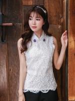 [รหัส W6020] เสื้อผ้าแฟชั่นพร้อมส่ง เสื้อแฟชั่น ผ้าลูกไม้ตัดต่อผ้า Milk Silk มีกระดุมหลัง ปักดอกทานตะวันและไข่มุกที่ปกเสื้อ แบบสวม สีขาว