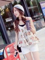 [รหัส W79571] เสื้อผ้าแฟชั่นพร้อมส่ง เสื้อกล้ามแฟชั่น ผ้าชีีฟองลายดอก ชายเสื้อทรง A แบบสวม พื้นเสื้อสีขาว (ไม่รวมเสื้อตัวในสีดำ)