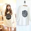 ++สินค้าพร้อมส่งค่ะ++ เสื้อสไตล์สเวตเตอร์เกาหลี แขนยาว คอกลม แต่ด้วยหนังเป็นรูปดอกกุหลาบที่ด้านหน้า ผ้าขนสัตว์เนื้อนิ่ม – สีขาว