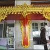 หิ้งพระปิดทอง ไม้เบญจพรรณ สีแดงปิดทอง มีให้เลือก 12 ขนาด (หน้ากว้าง 9 - 32 นิ้ว)