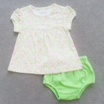 GS-839 (3M,6M,9M) ชุด Love'n Cuddle เสื้อลายดอกสีเขียว-ชมพู-เหลือง แขนตุ๊กตา ตัดต่อบ่าหน้า ติดโบว์ขาว พร้อมกางเกงในสีเขียว