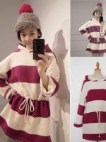 ++สินค้าพร้อมส่งค่ะ++ เสื้อตัวยาวเกาหลี แขนยาว มี hood ผ้าลายริ้วหนาและอุ่นมาก มีเชือกผูกช่วงเอว น่ารัก มี 2 สี - สีแดง