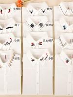 Pre Order เสื้อเชิ้ตแฟชั่นสีขาว คอปกปักลวดลาย