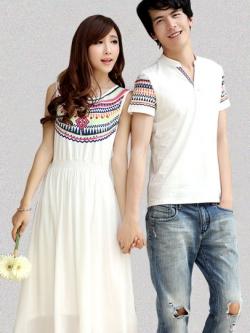 ชุดคู่รักเกาหลี สีขาว ชายเป็นเสื้อยิดคอV/หญิงเป็นเดรสยาวโบฮีเมียน แขนกุด