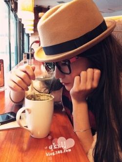 หมวกแฟชั่นแนวเกาหลี สี Light Tan มีผ้าคาดสีดำที่หมวก ดีไซส์ด้านบนหมวก