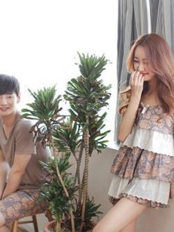 ชุดนอนคู่รักเกาหลี สีน้ำตาลลายดอกไม้ เสื้อแขนสั้น+กางเกงขาสั้น+เดรสสั้นสายเดี่ยว แต่งระบาย