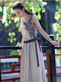 ชุดเดรสยาวเกาหลี แขนกุด สีเทาอ่อน ปักลายดอกด้านข้าง สง่างาม+ผ้าผูกเอว