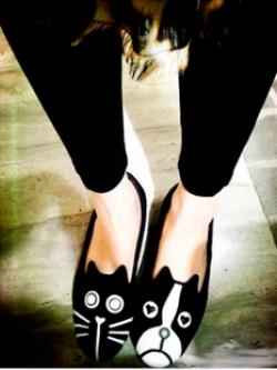รองเท้าคัทชูลายแมวหมาหน้าบึ้ง อึกข้างเป็นแมว อีกข้างเป็นน้องหมา รองเท้ากำมะหยี่แต่งหนัง PU ขาว มีเบอร์ 37